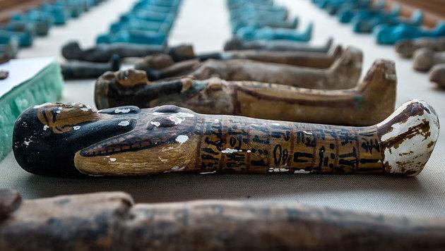 Einige der im Grab gefunden Figuren (Bild: AFP)