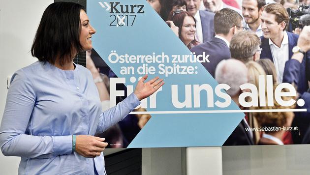 ÖVP-Generalsekretärin Köstinger präsentiert die neuen Plakate. (Bild: APA/HANS PUNZ)
