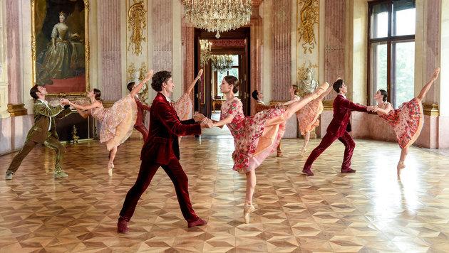 Graziöse Leichtigkeit der Tänzer im prunkvollen, barocken Festsaal des Schlosses Eckartsau. (Bild: ORF)