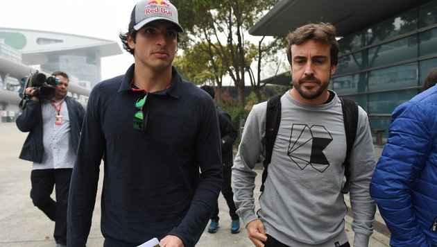 Carlos Sainz (li.) und Fernando Alonso (Bild: AFP)