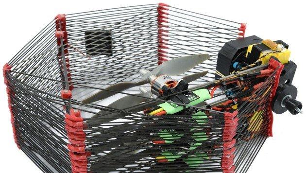 Faltbare Lieferdrohne schützt Fracht mit Käfig (Bild: epfl.ch)