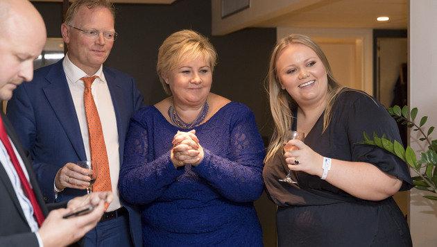 Ministerpräsidentin Erna Solberg mit ihrem Ehemann und ihrer Tochter (Bild: AP)