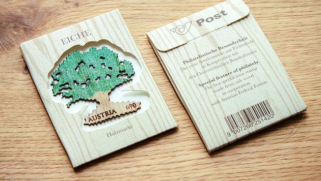 Die Holz-Sondermarke samt Originalverpackung (Bild: Studio Riebenbauer)
