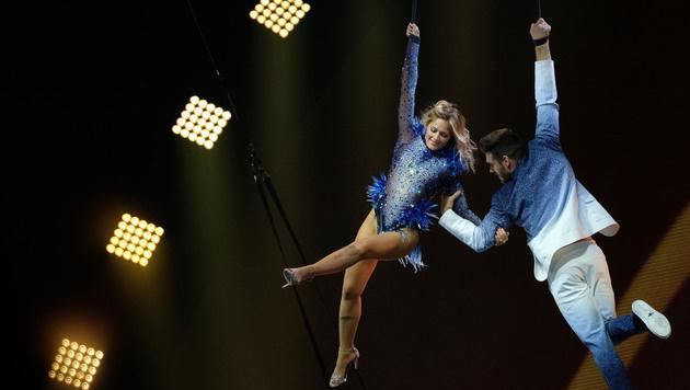 Auch mit akrobatische Einlagen entzückte Helene Fischer ihre Fans. (Bild: Peter Steffen / dpa / picturedesk.com)
