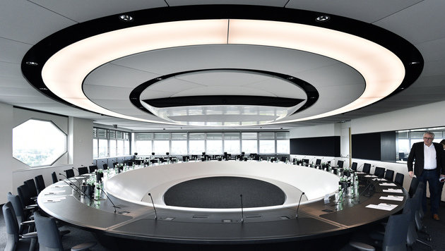 """Das Design des neuen ORF-Sitzungsssaals erinnert an die Kommandobrücke aus """"Star Wars"""". (Bild: APA/HANS PUNZ)"""