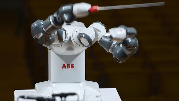 Roboter dirigierte Orchester mit Andrea Bocelli (Bild: APA (AFP))