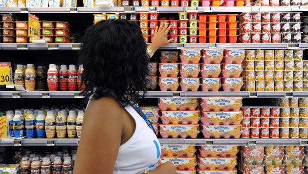 Greenpeace verteilte abgelaufenes Joghurt in Wien (Bild: AFP)