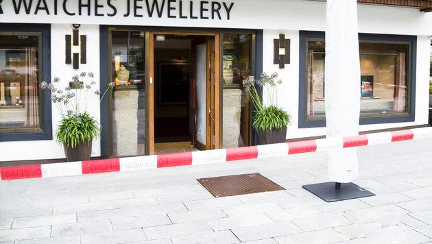 Im Retourgang krachten die Täter mit dem Auto in das Eingangsportal des Juweliergeschäfts. (Bild: Mathis Fotografie)