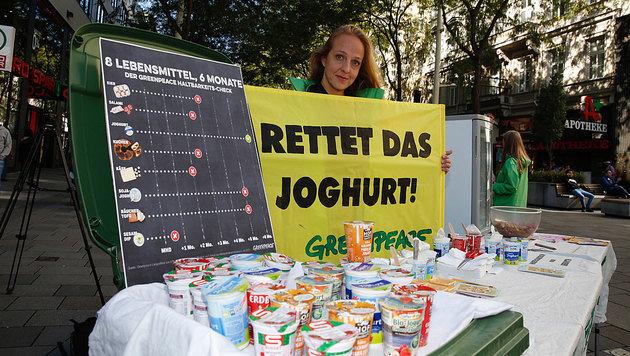 Greenpeace wollte mit der Aktion auf die Unbedenklichkeit von abgelaufenem Joghurt hinweisen. (Bild: Martin A. Jöchl)