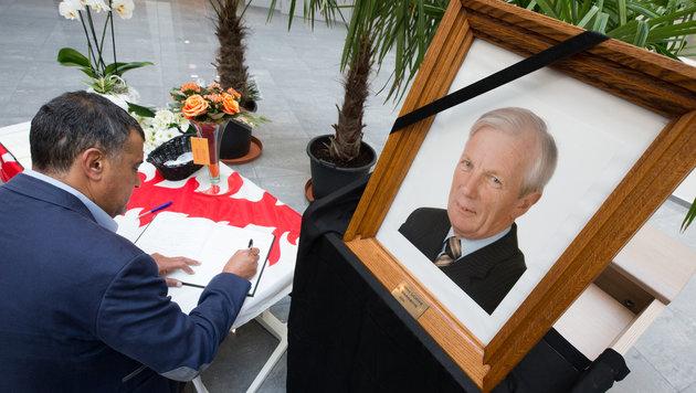 Seit Tagen kondolieren Bewohner von Mouscron der Familie des ermordeten Bürgermeisters. (Bild: AFP)