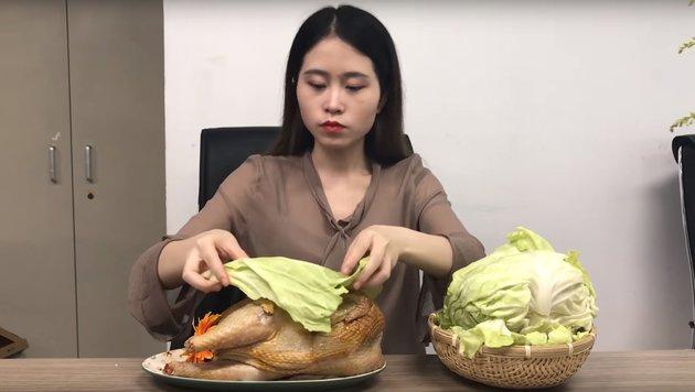 So grillt man ein Henderl am Schreibtisch im Büro (Bild: YouTube.com)