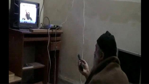 Osama bin Laden bewundert sich selbst im Fernsehen. (Bild: AFP)