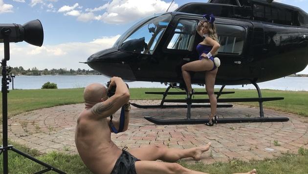 """Vom """"Spatzi"""" zum """"Bunny"""": Cathy Lugner beim Shooting (Bild: Johnny Kortis/Playboy Chef, Mario Gotti Photography)"""