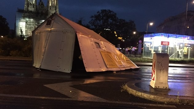 In Wien wurde ein Zelt auf die Universitätsstraße geweht. (Bild: twitter.com/Hameedkhaan)
