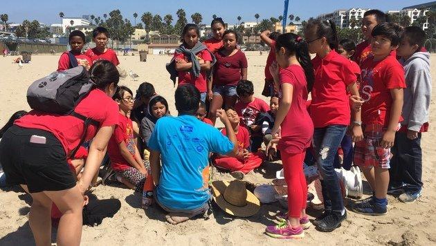 L.A.: Hunderte Kinder sammelten Müll am Strand (Bild: Charlotte Sequard-Base)