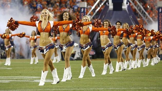 Ein Bauch flacher als der andere: Die Cheerleader der Denver Broncos wissen sich in Szene zu setzen. (Bild: Getty Images)