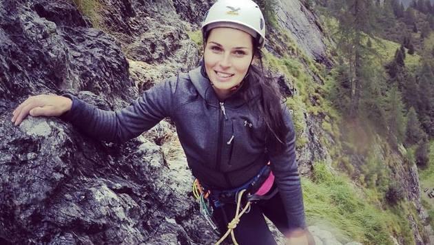 Alternative Vorbereitung auf den Winter: Ski-Beauty Anna Veith seilt sich ab. (Bild: Facebook.com)