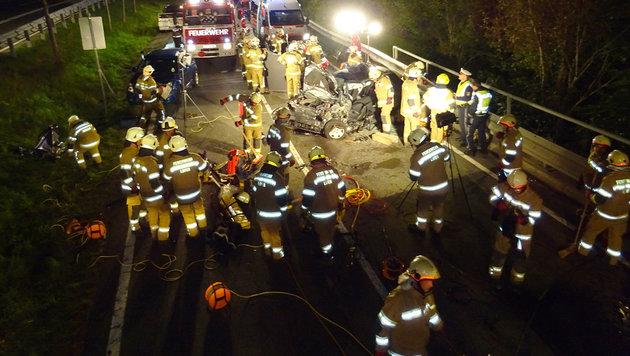 Die Einsatzkräfte der Freiwilligen Feuerwehr Lofer an der Unfallstelle. (Bild: FF Lofer)