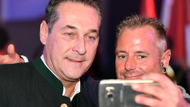 Selfie mit Heinz-Christian Strache - würden Sie auch eines machen? (Bild: APA/FOTOKERSCHI.AT/WERNER KERSCHBAUMMAYR)