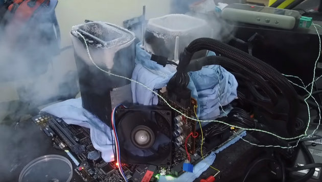 Core i9 mit Stickstoffkühlung frisst 1000 Watt (Bild: YouTube.com/der8auer)