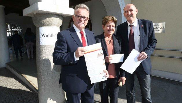 Hans Niessl mit Ehefrau Christine und Josef Ziniel, der Bürgermeister in Frauenkirchen bleibt (Bild: Reinhard Judt)