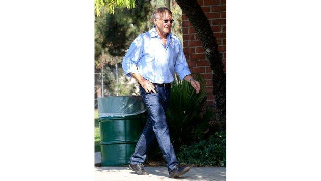 Harrison Ford zeigt ganz unauffällig, was er von Paparazzi hält. (Bild: www.pps.at)