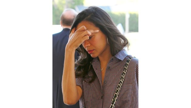 Zoe Saldana zeigt den Mittelfinger. (Bild: www.PPS.at)