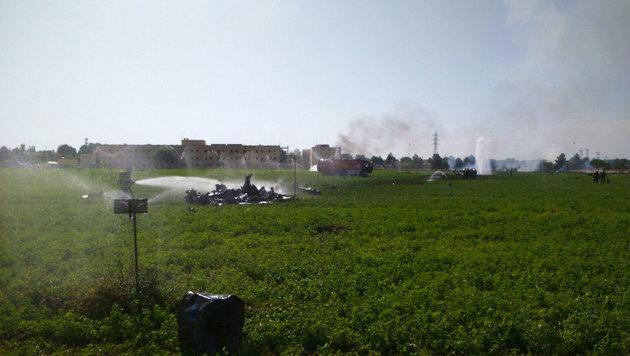 Trümmer des Militärflugzeugs an der Absturzstelle (Bild: AP)