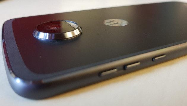 Die Kamera steht merklich aus dem nur sechs Millimeter dünnen Smartphone hervor. (Bild: Dominik Erlinger)