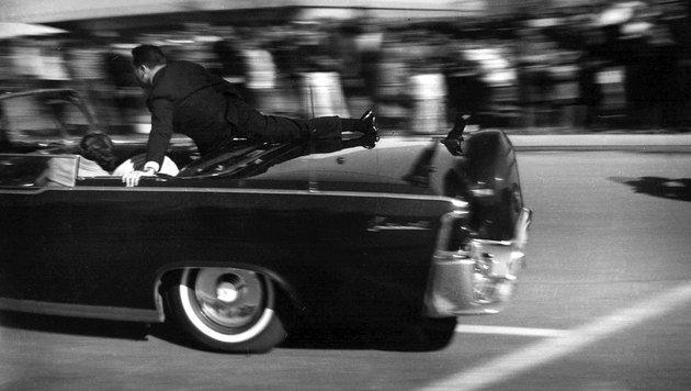 Die Limousine mit dem angeschossenen John F. Kennedy rast in ein Krankenhaus. (Bild: Associated Press)