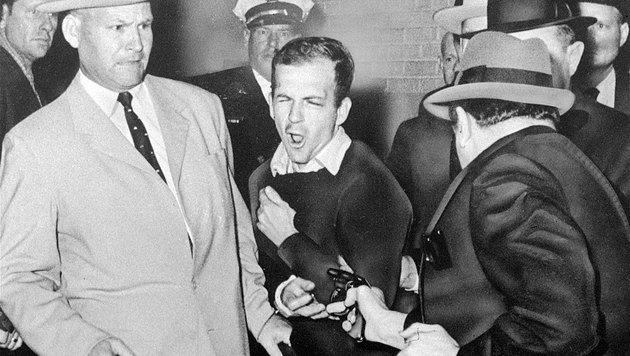 Die Ermordung von Lee Harvey Oswald (Mitte) durch Jack Ruby (rechts) (Bild: AP (File))