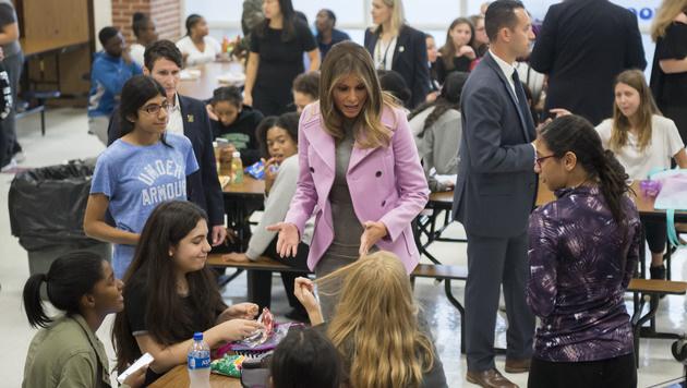Melania Trump in der Orchard Lake Middle School (Bild: AP)