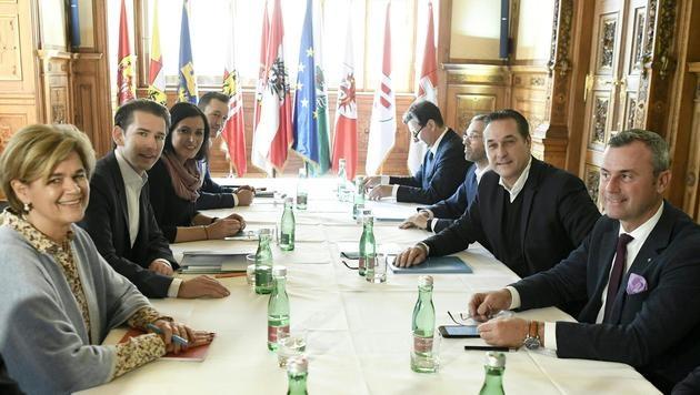 Kommende Woche starten konkrete Koalitionsverhandlungen zwischen ÖVP und FPÖ auf Fachgruppenebene. (Bild: APA/ROBERT JAEGER)
