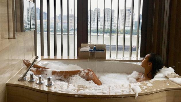 Lais Ribeiro schaltet vor der Victoria's-Secret-Show in der Badewanne mit Ausblick auf Shanghai ab. (Bild: www.PPS.at)