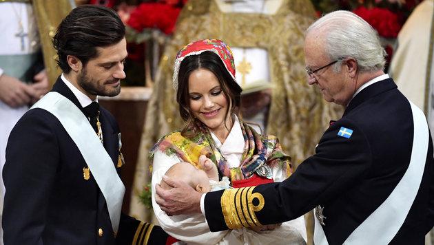 Prinz Carl Philip, Prinzessin Sofia und König Carl Gustaf bei der Taufe von Prinz Gabriel (Bild: Jonas Ekstromer/TT)