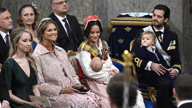 Die Prinzessinnen Madeleine und Sofia mit Baby Gabriel, Prinz Carl Philip und Prinz Alexander (Bild: AP)