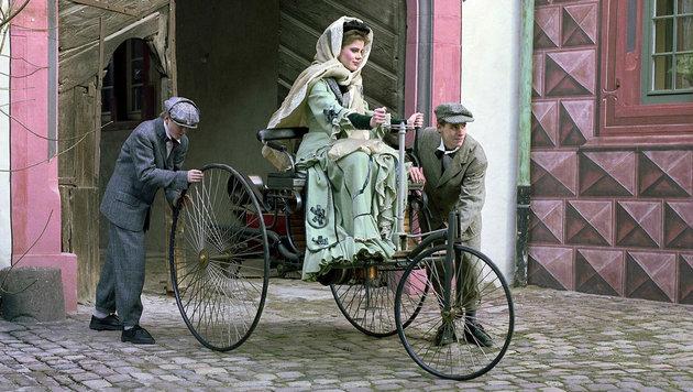 Bertha Benz unternimmt 1988 mit dem Benz Patent Motorwagen die 1. Fernfahrt der Automobilgeschichte. (Bild: Daimler)