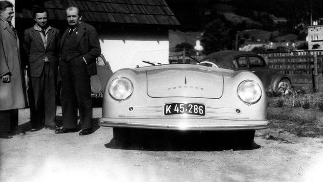 Nummer 1 mit Ferdinand Porsche (re.), Sohn Ferry Porsche (mi.) und Designer Erwin Komenda (li.) 1948 (Bild: Porsche)