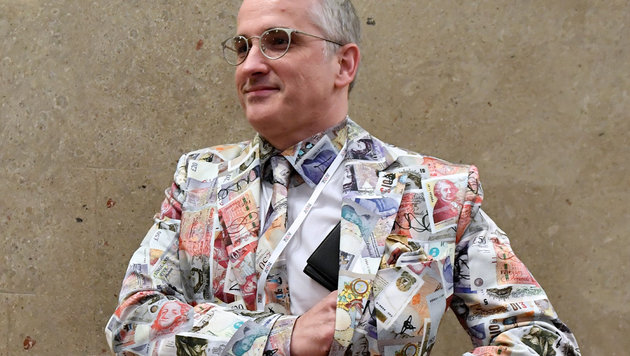 Das interessanteste Outfit trägt Anwalt Michael Dohr, der einen Porr-Mitarbeiter verteidigt. (Bild: APA/HANS KLAUS TECHT/APA-POOL, krone.at-Grafik)