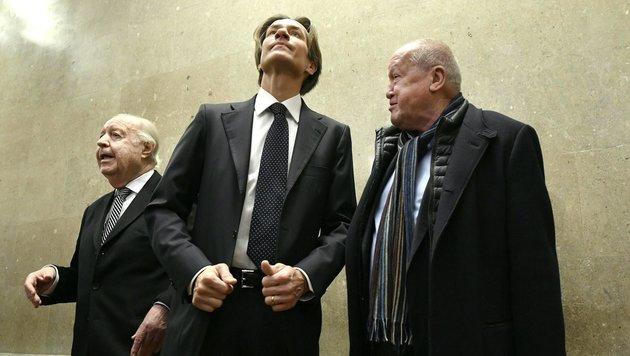 Anwalt Herbert Eichenseder (li.) sowie die Angeklagten Karl-Heinz Grasser und Ernst Karl Plech (Bild: APA/HANS KLAUS TECHT)