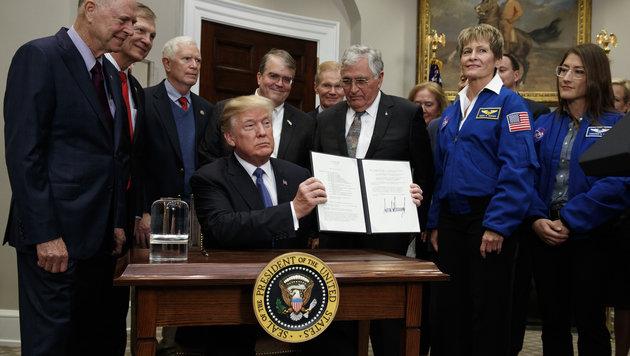Trump mit der unterschriebenen Mars-Direktive (Bild: AP)