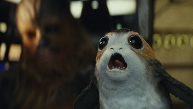 Chewbacca (li.) scheint in diesem Porg einen neuen Begleiter gefunden zu haben. (Bild: Lucasfilm)