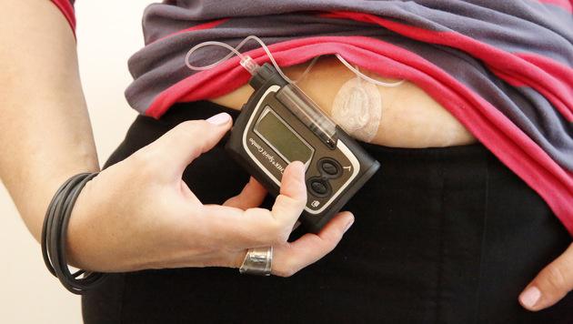 Eine moderne Insulinpumpe erleichtert der Mutter von drei Kindern das Leben wesentlich (Bild: Martin Jöchl)
