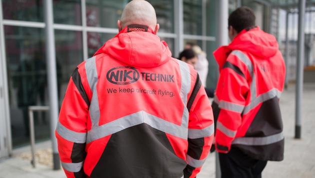 Niki-Mitarbeiter bei der Betriebsversammlung in Schwechat (Bild: APA/GEORG HOCHMUTH)