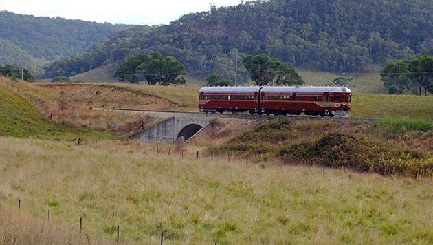 Der Zug transportiert Pendler vom Städtchen Byron Bay in eine nahe gelegene Ferienanlage. (Bild: http://byronbaytrain.com.au)