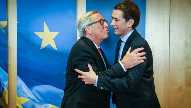 Antrittsbesuch für Kurz in Brüssel: Es wird wohl wieder Küsschen von Kommissionschef Juncker geben. (Bild: APA/AFP/Aurore Belot)