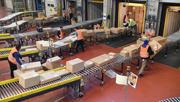 Das Amazon-Logistikzentrum in Pforzheim (Bild: APA/dpa/Uli Deck)