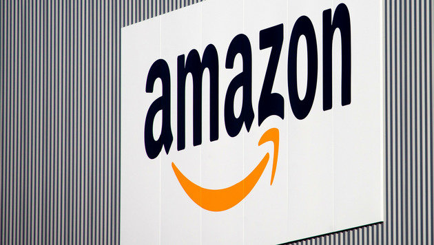 Frankreich verlangt Millionenstrafe von Amazon (Bild: AP)