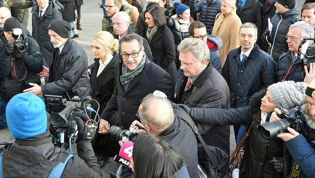 Strache mit Ehefrau Philippa umringt von Dutzenden Journalisten (Bild: APA/ROLAND SCHLAGER)
