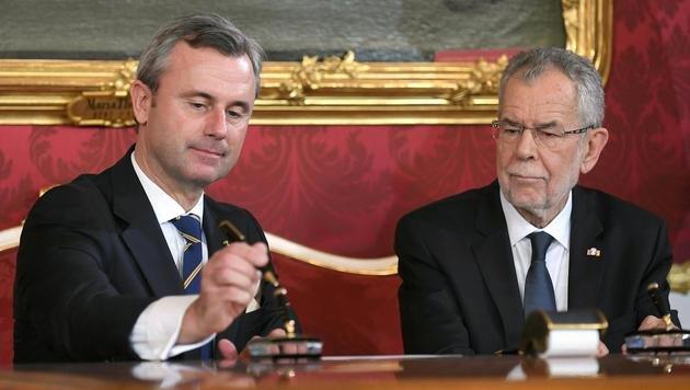 Hofer kämpfte einst gegen Van der Bellen um das Präsidentenamt, nun wurde er als Minister angelobt. (Bild: APA/ROLAND SCHLAGER)